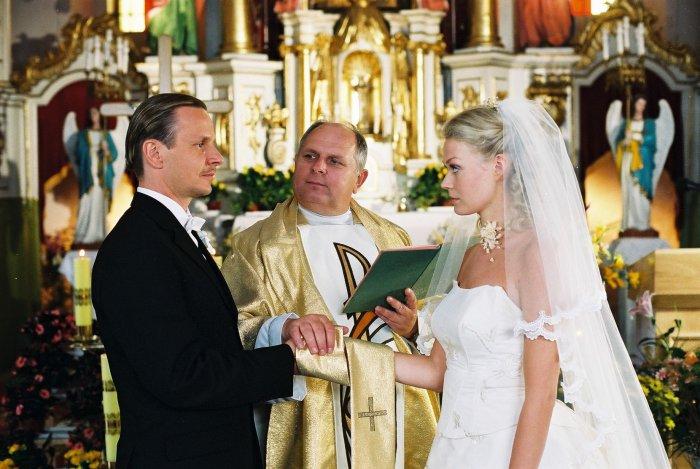 Janusz (Bartlomiej Topa) und Kaska (Tamara Arciuch) vor dem Altar