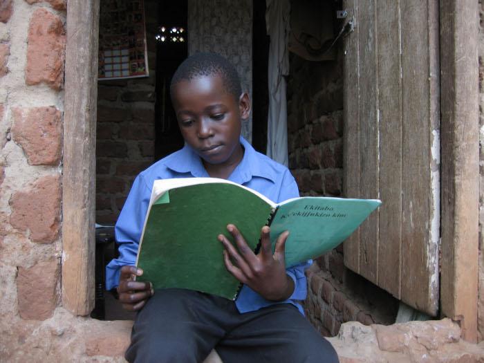 Ein Kind liest in seinem Memory Book