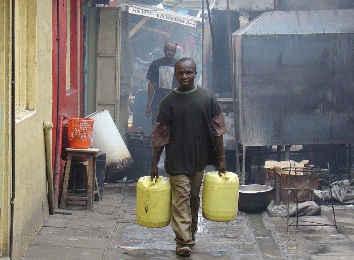 Ein Kenianer mit seinem Wasservorrat