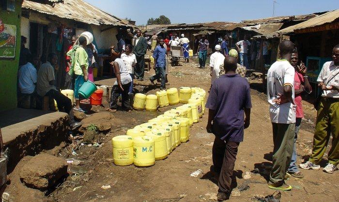 Florierender Wasserhandel auf dem Markt in Nairobi