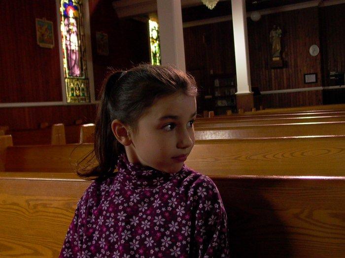 Celina (Grace Fulton) in der Kirche