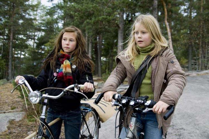Rebecca (Adele Karoline Dahl) mit Alise (Ann Kristin Sømme)