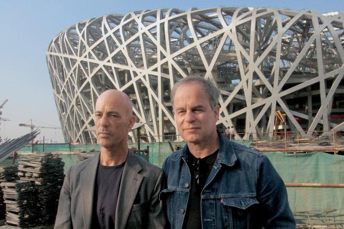 Die beiden Schweizer Architekten vor ihrem Werk