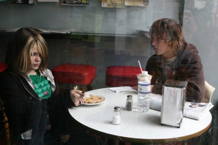 Jennifer (Taylor Momsen) mit Alex beim Imbiss