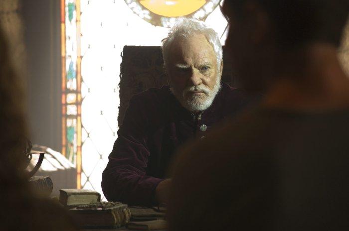 Dr. Kane (Malcolm McDowell) ist gar nicht tot