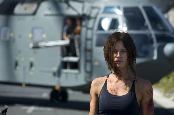 Major Eden Sinclair vor dem Hubschrauber