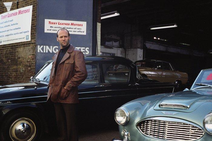 Terry (Jason Statham) vor seinem Laden