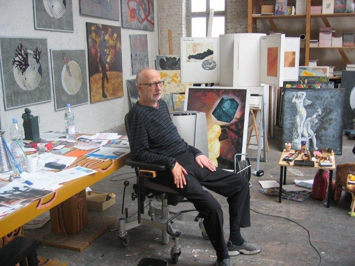 Der Künstler zwischen seinen Werken