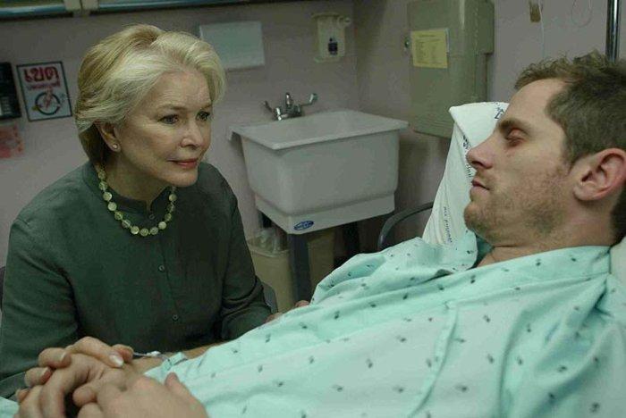 Diana (Ellen Burstyn) am Bett ihres Sohnes