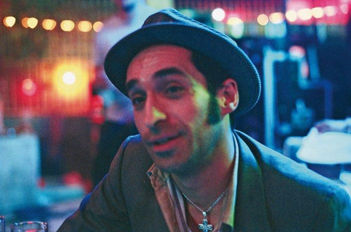 Mitch (Saul Rubinek) ist Julias einziger Freund