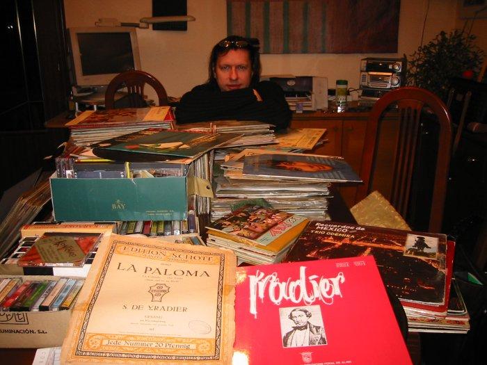 Kalle Laar vor seiner Sammlung