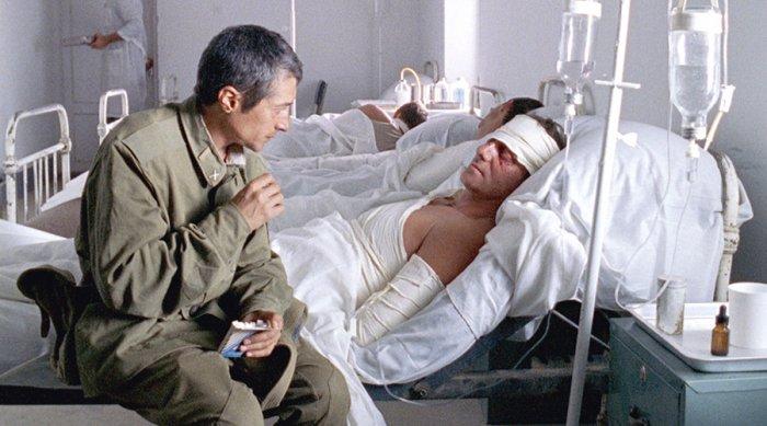 Nikolai am Bett eines verwundeten Kameraden