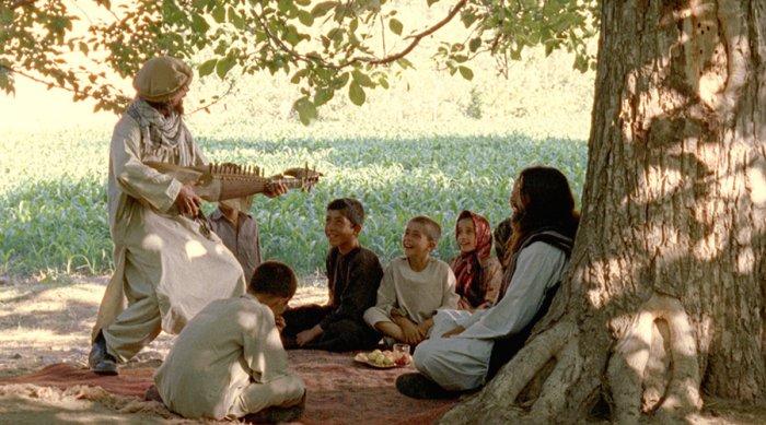 Nikolai musiziert für die Kinder