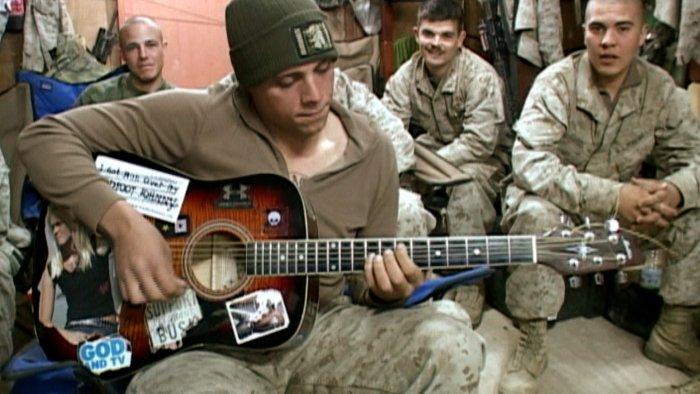 Josh Hisle vor Kameraden im Irak