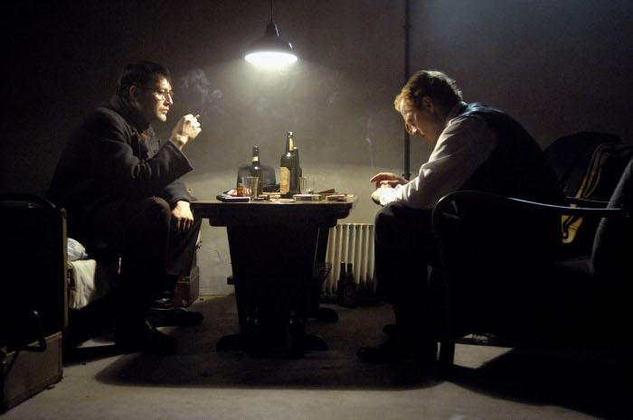 Bei konspirativen Treffen fließt der Alkohol in Strömen