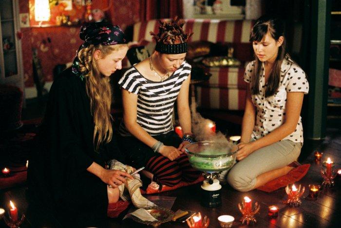 Kati, Hanna und Mila mixen einen Liebestrunk