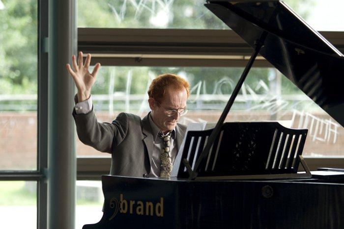 Musiklehrer Mc Donald (Piet Klocke) an der Klaviatur