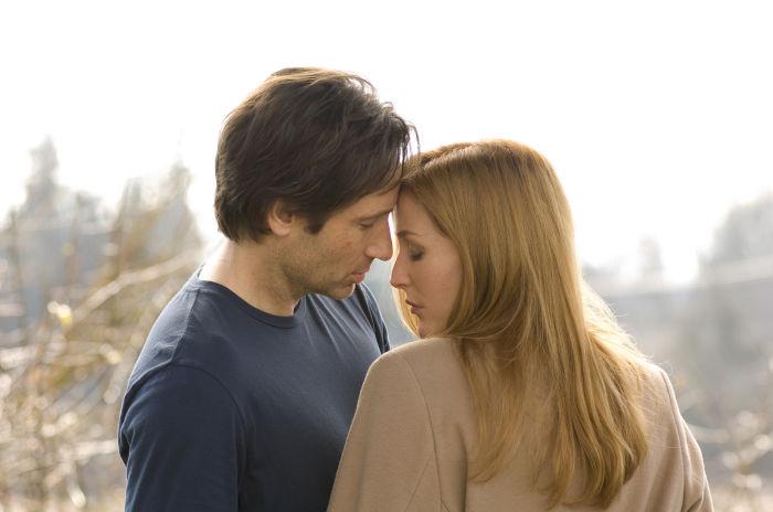 Kommen sich auch außerhalb der Dienstzeit näher: Scully und Mulder