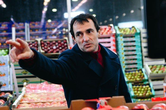 Jean (Albert Dupontel) bietet Obst und Gemüse feil