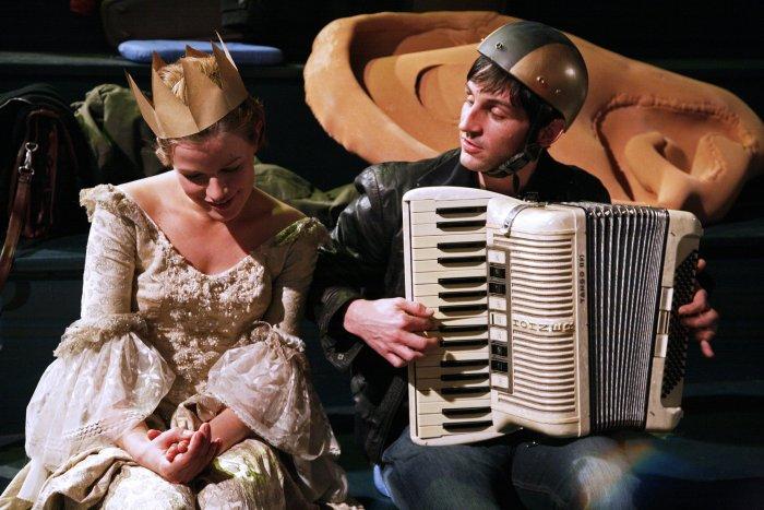 Lotte (Mira Bartuschek) gefällt Alex' (Christoph Bach) Musik