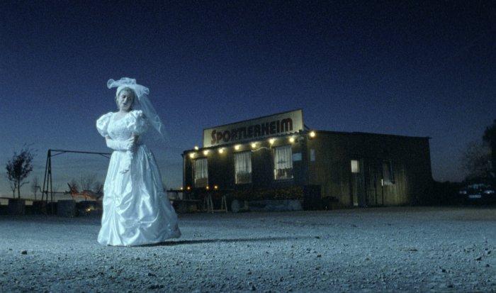 Die Braut vor dem Sportlerheim