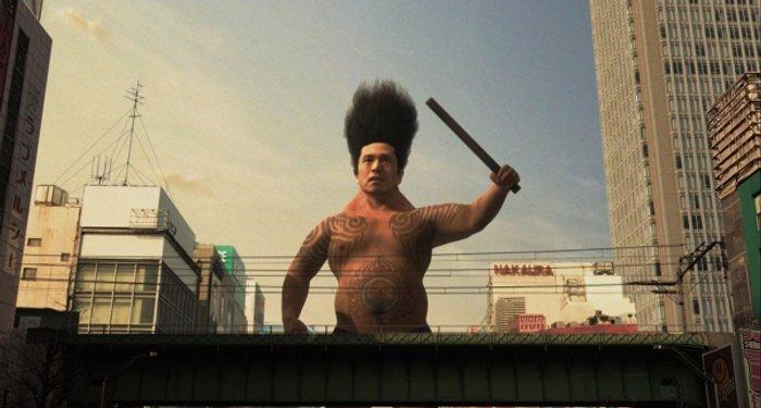 Masaru Daisato (Hitoshi Matsumoto) tritt seinen Feinden gegenüber