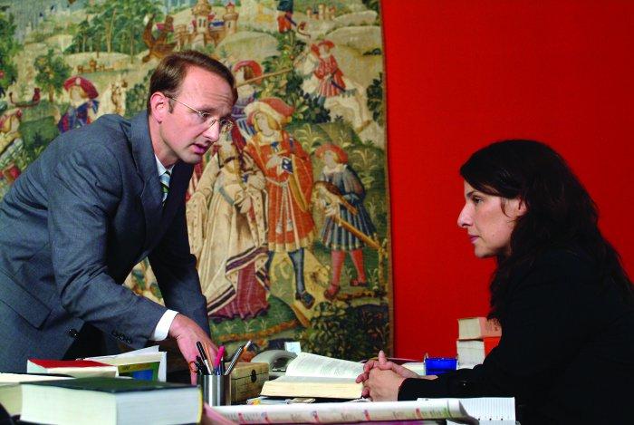 Staatssekretär Büchner (Peter Jordan) mit Gefängnisdirektorin Gloria Cornelius (Clelia Sarto)