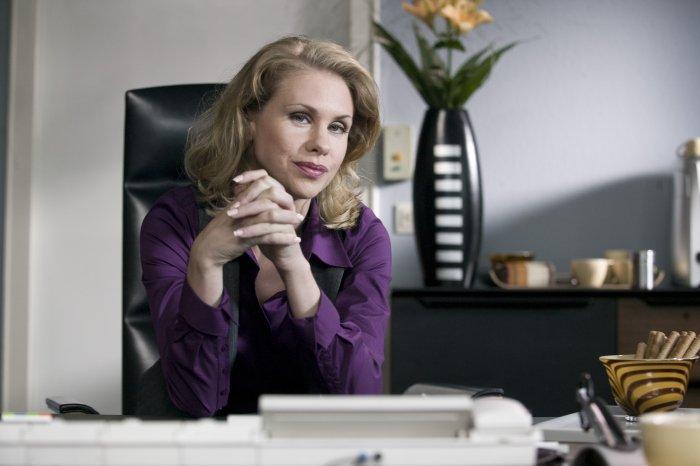 Die Chefin (Tanja Schleiff) hat ein Auge auf die Quoten