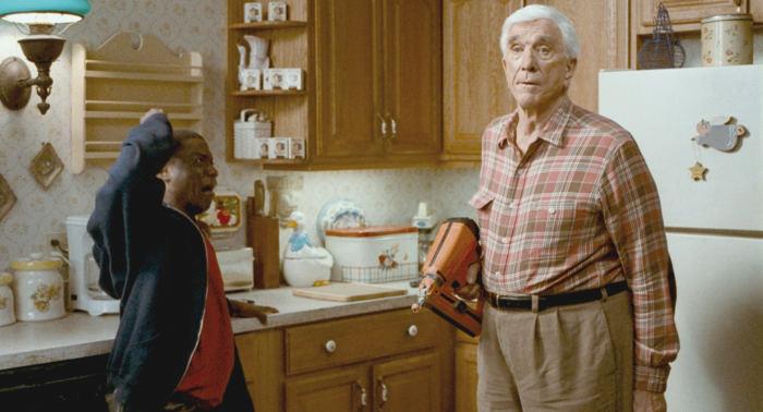 Leslie Nielsen verkörpert den grenzdebilen Onkel Albert
