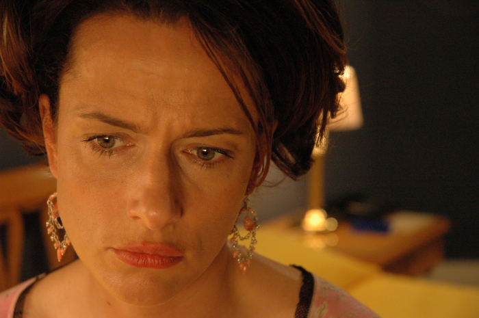 Mutter Christine (Claudia Michelsen) steht vor den Scherben ihrer Ehe