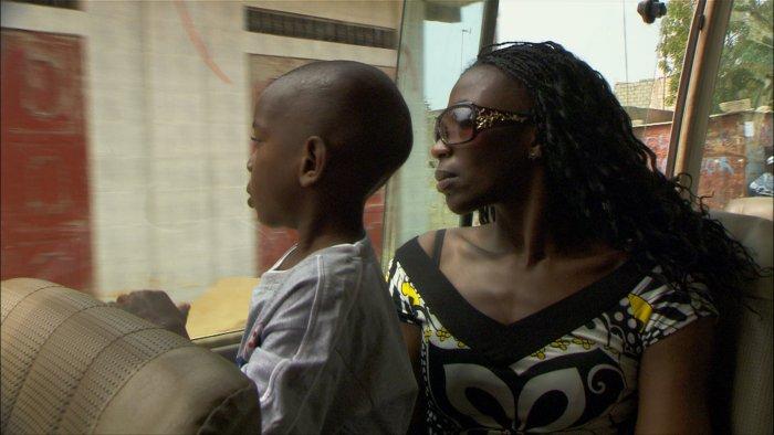 Tänzerin Mingue Diagne Sonko mit Sohn
