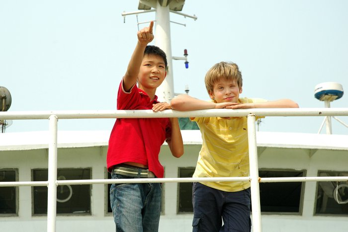 Li Wei (Marco Yuan) und Danny (Kaspar Simonischek) auf Reise