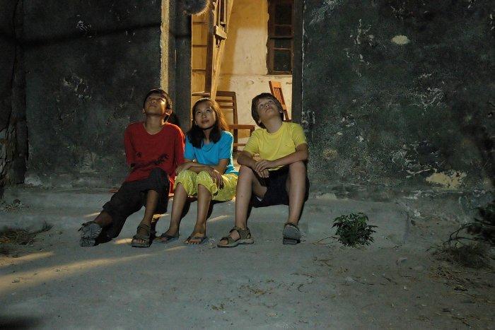 Die drei Kinder vor Wangs Haus