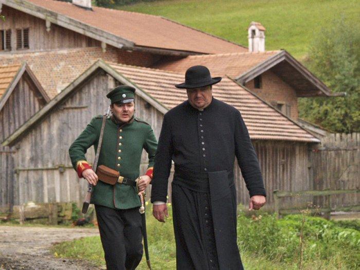 Gendarm Förtsch (Thomas Schmauser) mit Pfarrer Endl (Andreas Giebel)
