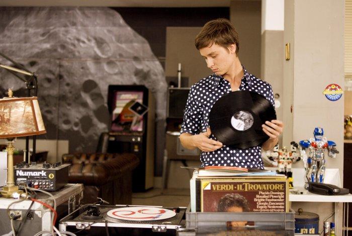 Robert legt eine Vinyl-Scheibe auf