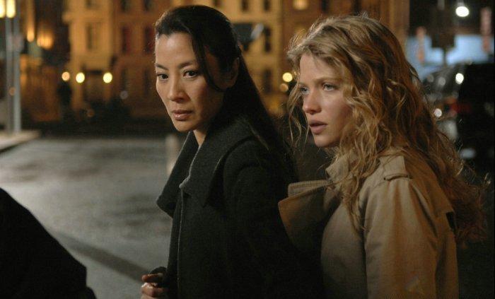 Schwester Rebecca (Michelle Yeoh) wacht über Aurora (Mélanie Thierry)