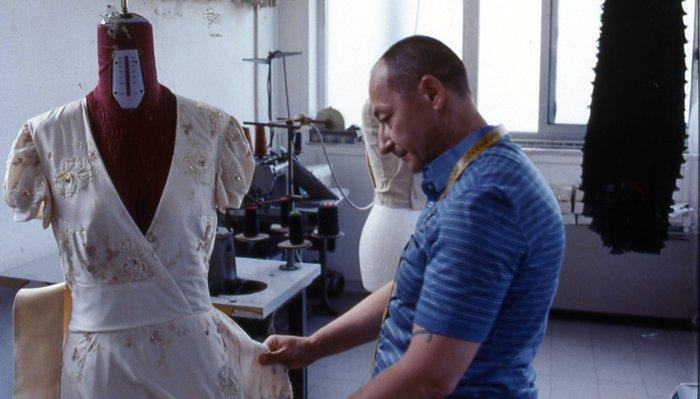 Pasquale (Salvatore Cantalupo) näht das Oscar-Kleid