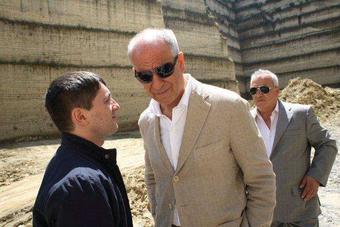 Roberto (Carmine Paternoster) mit Unternehmer Franco