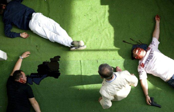 Don Ciro zwischen Opfern eines Massakers