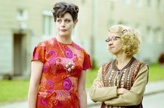 Klatsch mit Frau Blume (Georgie Stahl) und Frau Heinckel (Anna Böttcher)