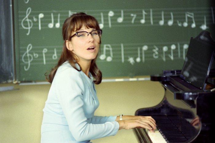 Meret Becker als Musiklehrerin