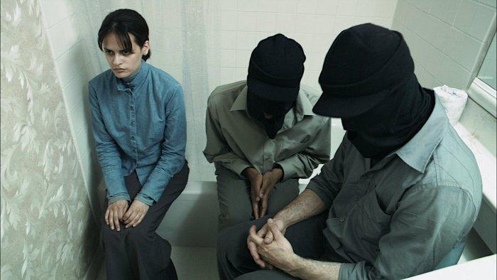 Maskierte Männer erteilen Instruktionen