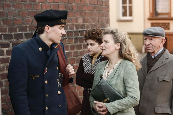 Lena lernt den Marinesoldaten Hermann kennen