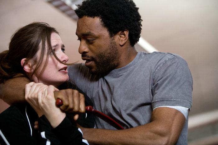 Sondra Terry (Alice Braga) und Mann