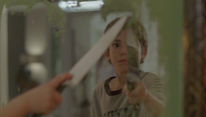 Michael (Cameron Boyce) ist vom Spiegel fasziniert