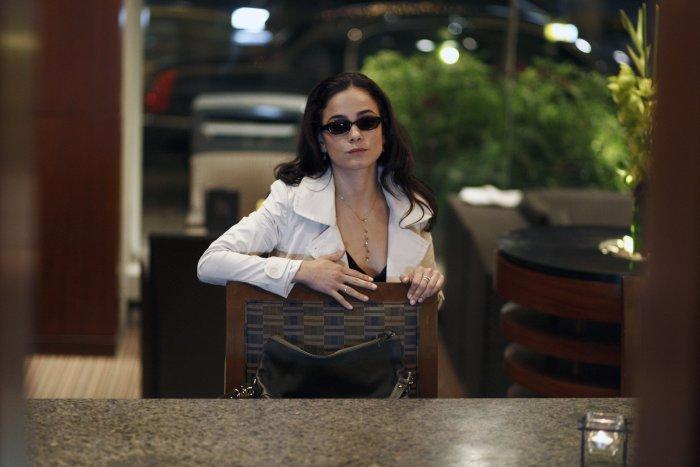 Die Frau mit der Sonnenbrille (Alice Braga)