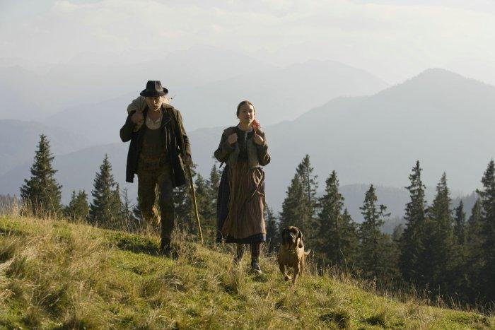 Brandner Kaspar (Franz Xaver Kroetz) mit Enkelin Nannerl (Lisa Maria Potthoff)