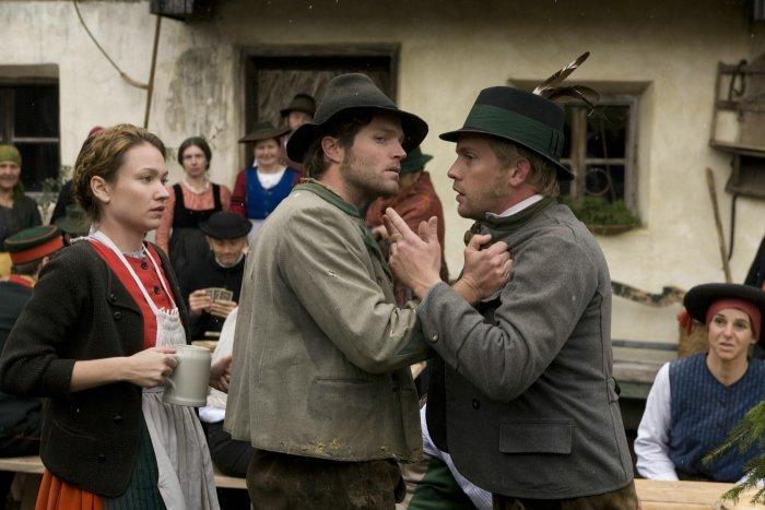 Nannerl ist Streitobjekt zwischen Toni (Peter Ketnath) und Fonse (Sebastian Bezzel)