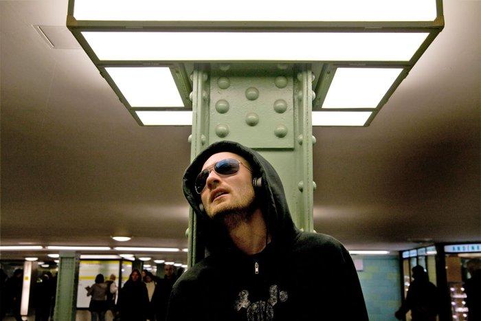 DJ Ickarus (Paul Kalkbrenner) scheint der Welt entrückt