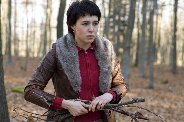 Lorna sammelt Holz im Wald